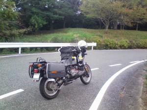 BMW 100GS。国道9号線からちょっと入った脇道で休憩した時の写真です。